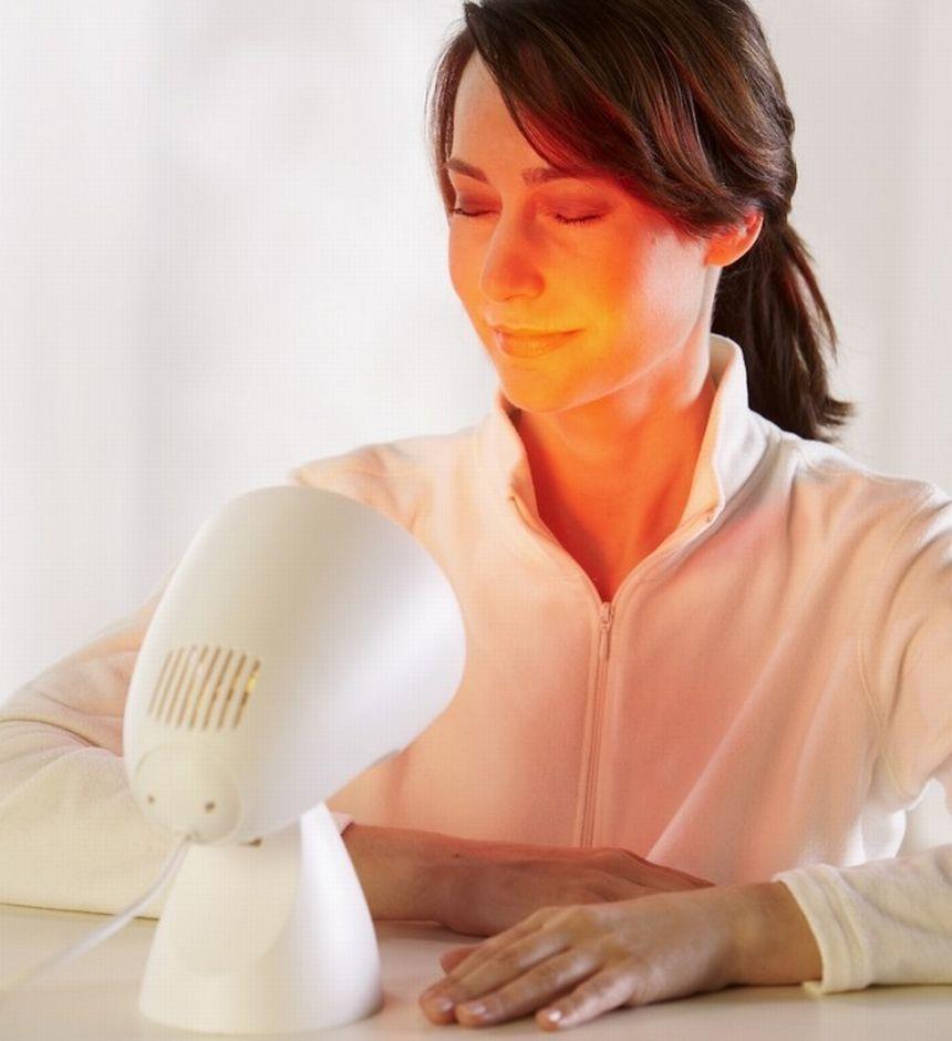La terapia dolce della lampada a infrarossi BEURER IL 11 agisce in profondità e vi aiuta a combattere raffreddori stagionali, oltre a dolori reumatici e tensione muscolari