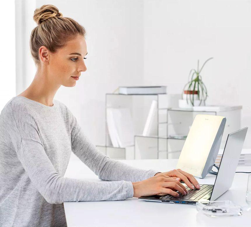 La lampada di luce naturale del giorno BEURER TL 45 Perfect Day è perfetta per garantirvi la giusta dose di concentrazione durante una lunga giornata in ufficio