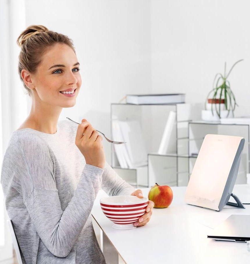 Accesa la mattina, magari mentre fate colazione, la lampada di luce naturale del giorno BEURER TL 45 Perfect Day vi carica di energia per affrontare una lunga giornata di lavoro