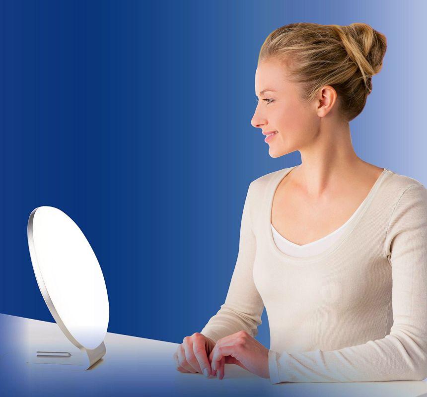 La lampada di luce naturale del giorno BEURER TL 60 in azione (notare l'ampia zona d'illuminazione di ben 45 x 31 cm)