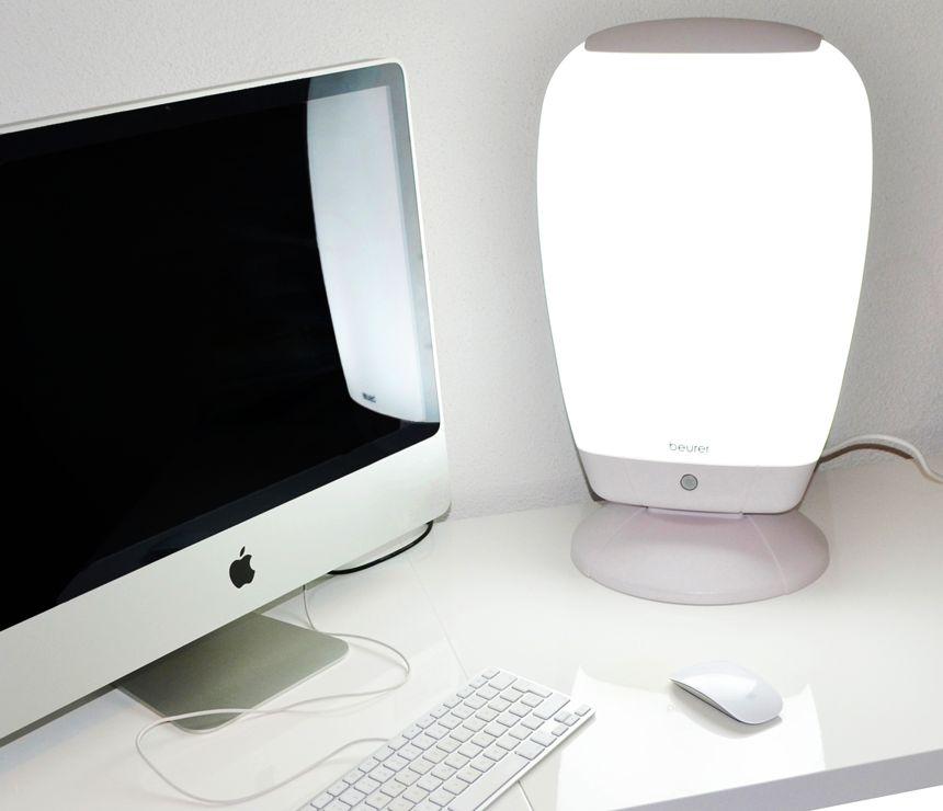 Non solo a casa: lampada di luce naturale del giorno BEURER TL 80 può essere tranquillamente portata in ufficio e accesa durante le ore lavorative (o di studio)