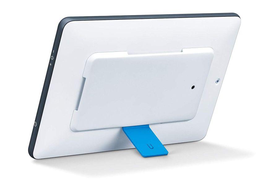 La lampada di luce naturale del giorno BEURER TL 55 Day & Night può essere posta in posizione orizzontale o verticale, grazie al comodo appoggio smontabile (in blu)