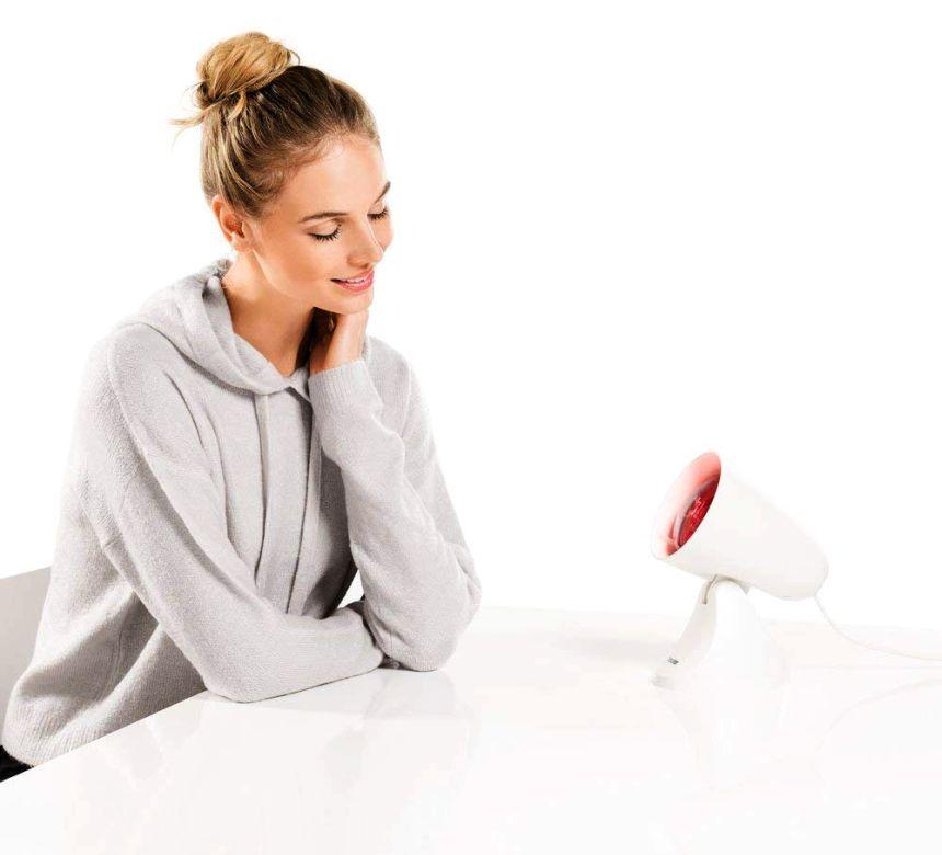 La terapia dolce della lampada a infrarossi BEURER IL 21 agisce in profondità e vi aiuta a combattere dolori reumatici, tensione muscolari e raffreddamenti stagionali