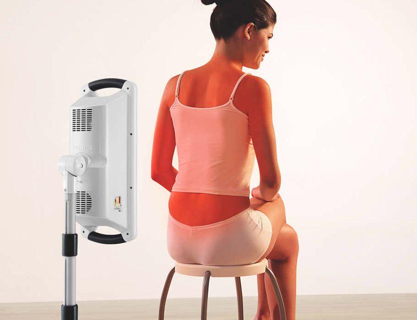 La lampada ad infrarossi PHILIPS InfraCare HD3643 in azione: grazie allo schermo irradiante di ben 60 cm potete curare ampie zone del corpo in un'unica seduta