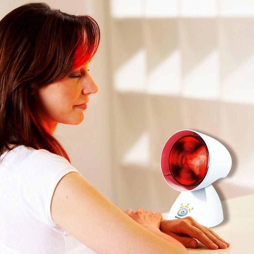 La terapia dolce della lampada a infrarossi BEURER IL 35 agisce positivamente su dolori reumatici, tensione muscolare e raffreddamenti stagionali